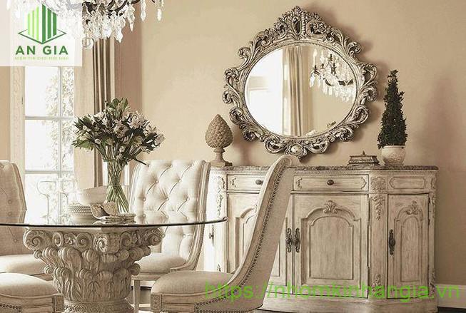 Mẫu 1: Gương trang trí phòng khách được thiết kế theo phong cách cổ điển tạo nên một không gian sang trọng, tinh tế
