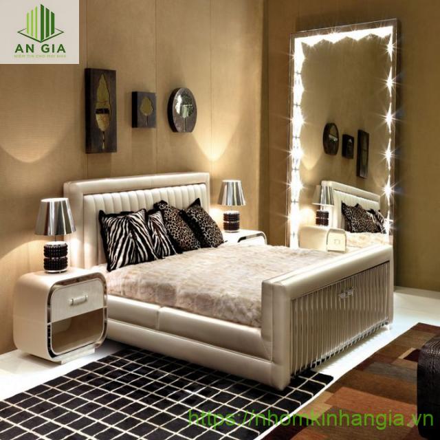Mẫu 2: Gương phòng ngủ được thiết kế với hệ thống đèn LED chiếu sáng tạo nên điểm nhấn nổi bật cho không gian