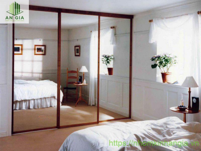 Mẫu 3: Gương được thiết kế như một vách ngăn phân chia không gian và giúp diện tích căn phòng tăng đáng kể