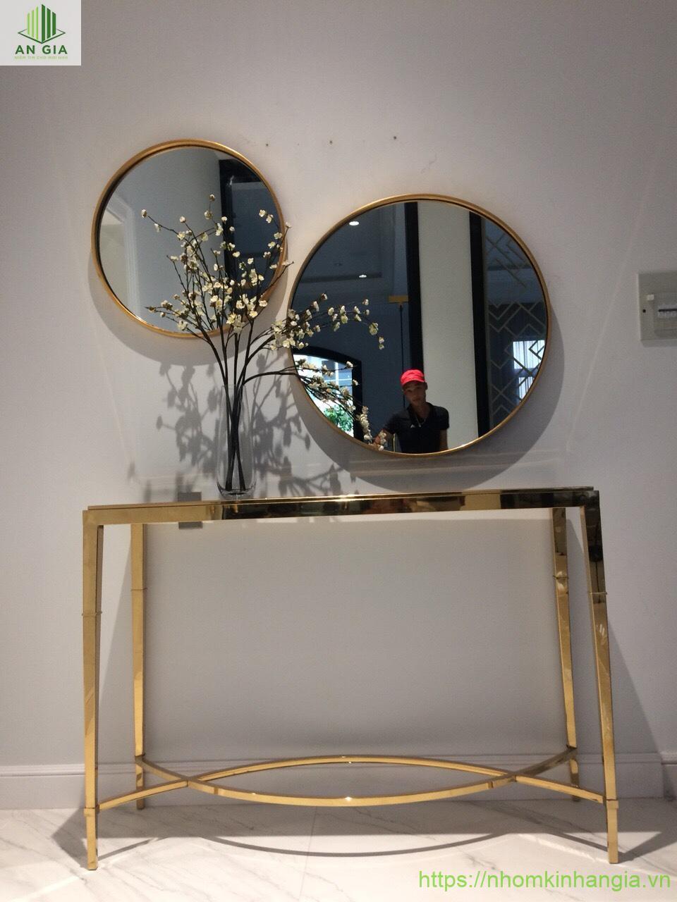 Mẫu 2: Mẫu gương với kích thước lớn phù hợp với những ngôi nhà có diện tích phòng khách rộng