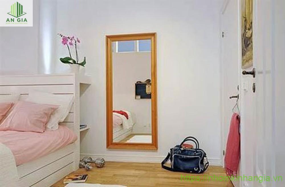 Mẫu 4: Gương có thiết kế khá nhỏ gọn với phần viền từ gỗ cao cấp giúp sản phẩm giữ được nét hoài cổ riêng biệt