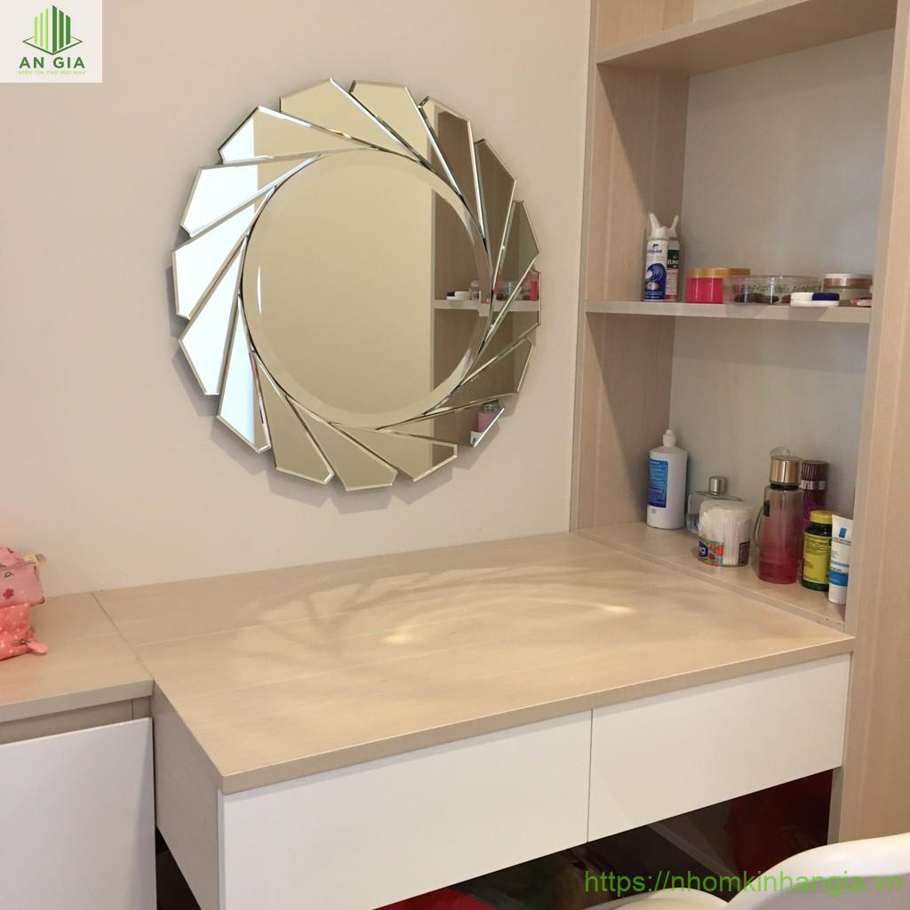 Mẫu 6: Gương có sắc màu bạc với thiết kế dạng tròn đẹp mắt phù hợp với những không gian có xu hướng kiến trúc theo phong cách cổ điển