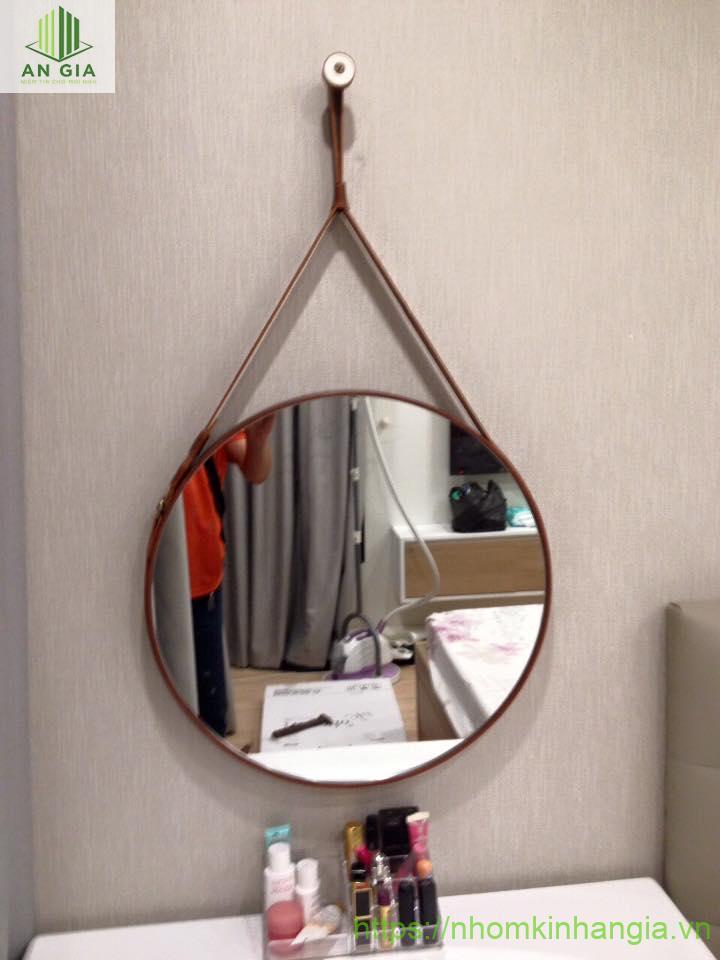Mẫu 7: Dạng gương treo với kích thước trung bình mang đến cho khách hàng một sản phẩm có thiết kế đẹp mắt với độ bền tối ưu